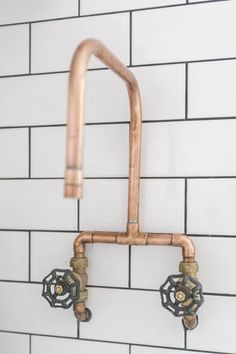 vintage bathtub armature/ faucet Copper DIY Details For Kitchens: Ideas + How To Copper Kitchen Faucets, Copper Faucet, Kitchen Fixtures, Bathroom Faucets, Kitchen Sink, Sinks, Copper Bathroom, Concrete Bathroom, Plumbing Fixtures
