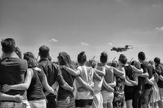 Eindhoven Airport -saamhorigheid bij landing vliegtuig met kisten overledenen ramp #MH17 foto vanTon Versteeg