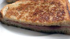 Sándwich de jamón     Bocadillos fríos y calientes, perritos (hot dogs), sándwiches y hamburguesas (burguers).     http://www.maremondo.es/