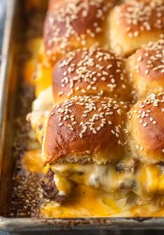 Cheeseburger Sliders are a fun and easy meal perfect for those busy school nights or fun game days! There's nothing better than this EASY Pull Apart Baked Cheeseburger Slider Recipe for feeding a hungry crowd. Baked Sandwiches, Slider Sandwiches, Cheeseburger Sliders, Beef Sliders, Mini Hamburger Sliders, Sliders Burger, Hamburgers, Mini Sliders, Mini Burgers