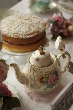 Vintage Tea service and cake Coffee Time, Tea Time, Café Chocolate, Cuppa Tea, My Cup Of Tea, Tea Service, Tea Cakes, High Tea, Drinking Tea