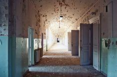 Már vagy hét éve üresen áll az egykor ezreknek otthont adó, több mint 140 éves Lipótmező. A valamikor gyönyörű, romantikus építmény ma már inkább egy elhagyatott kísértetvárosra emlékeztet. Dermesztő hangulat: málló falak, néhol egy-egy régi boncasztal vagy furcsa falrajz. A hatalmas létesítménnyel évek óta nem kezdenek semmit – lassan enyészet martaléka lesz itt minden.