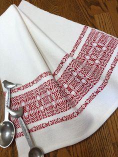 Torchon tissé à la main avec une belle bordure de fleurs rouges sur un fond blanc croquant. Cette serviette a été créée avec de la laine cotlin 100 pour cent. COTLIN laine est filée avec 40 % coton et 60 % Lin créant une forte encore doux et long portant textile. Un motif de Hand Towels, Tea Towels, Dish Towels, Loom Weaving, Hand Weaving, 100 Pour Cent, Textiles, Weaving Patterns, Red Flowers