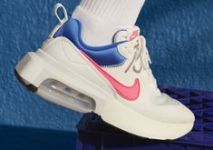 The latest Air Max advancement looks to the past as the upcoming Nike Air Max Verona collection mirrors the Take a look on Nice Kicks. Dress With Sneakers, Air Max Sneakers, Sneakers Nike, Air Max 180, Air Max Thea, Your Shoes, New Shoes, Verona Collection, Popular Sneakers