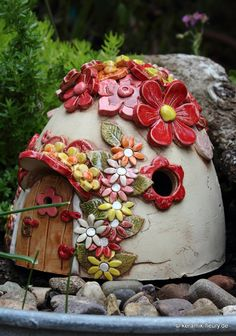 Gärtner gesucht - wer richtet meinen Garten There are many stories about the useful gnomes who do th Tile Crafts, Cement Crafts, Clay Crafts, Clay Houses, Ceramic Houses, Clay Fairy House, Fairy Houses, Ceramics Projects, Clay Projects
