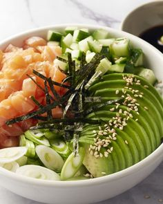 Bowl of sushi with salmon and avocado Vegan Bowl Recipes, Avocado Recipes, Vegetarian Recipes, Healthy Recipes, Healthy Cooking, Healthy Eating, Sashimi, Clean Eating, Dinner Bowls