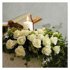 addobbi floreali per chiesa - fotografie di matrimonio www.maisonstudio.it © Church Flower Arrangements, Wedding Decorations, Table Decorations, Best Candles, Floral Wreath, Wedding Day, Wreaths, Aesthetics, Home Decor