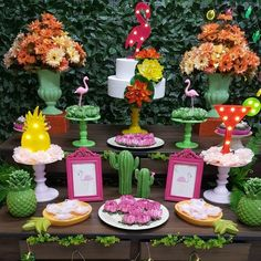 Festa Flamingo: 90 fotos + tutoriais para uma comemoração incrível Flamingo Birthday, Luau, Birthday Parties, Table Decorations, Little Girl Birthday, Summer Decorating, Birthday Party Themes, Mexican Fiesta, Candy Stations