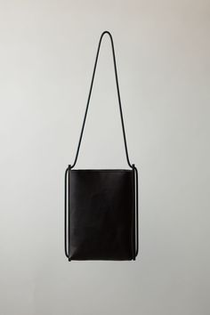 MINIMAL CLASSIC: Suspend Pouch | CHIYOME - Minimalist Handbags More Black Bags, Minimalist Handbags, Chiyom Suspenders Pouch, Chiyom Bags, Fashion Styles, Products Based, Accessories Fashion, Leather Accessories, Leather Bags Shoulder/cross body leather minimalist handbag by Chiyome Founded in 2012 and based in New York City, Chiyome is a studio focused on creating exceptional products based on a key premise: what is essential? Robe and leather bag CHIYOME #bag #shoulderbag #crossbody…