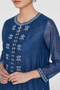 35 ideas crochet ideas for women Embroidery Suits Punjabi, Embroidery On Kurtis, Kurti Embroidery Design, Hand Embroidery Dress, Embroidery Neck Designs, Kurta Designs Women, Blouse Designs, Cochin, Kurta Patterns