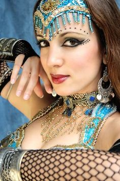 Free belly dance classes: Inspiring belly dance makeup looks Belly Dancer Costumes, Belly Dancers, Dance Costumes, Danza Tribal, Tribal Belly Dance, Tribal Fusion, Belly Dance Makeup, Mascara, Competition Makeup