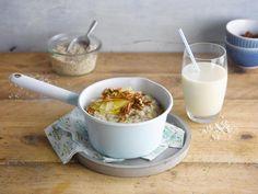 Un délicieux porridge à la pomme réalisé à base d'Alpro à l'avoine et d'une touche de noix