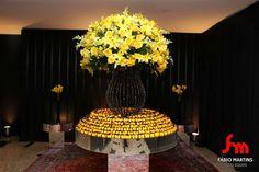 Mesa de bem casados. Decoração em amarelo e preto.