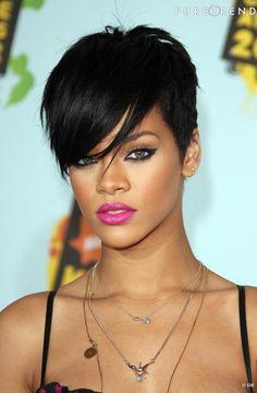 """Nuque dégagée, frange férocement lissée. Rihanna opte pour version """"new wave"""" de la coupe à la garçonne."""
