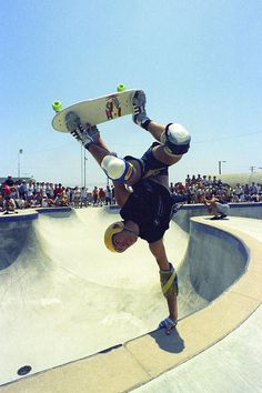 Neil Blender Upland Pipeline 1984 We like Bikes To Boards! Skateboard Pictures, Skateboard Art, Parkour, Skates, Skate Photos, Old School Skateboards, Skate And Destroy, Human Poses, X Games