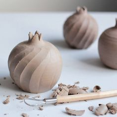 "The word ""ceramics"" comes form the Greek word ""keramikos"", which means pottery. The pedigree of the Greek word means potter's clay and ceramic art directly … Ceramic Pinch Pots, Ceramic Clay, Ceramic Bowls, Ceramic Pottery, Pottery Art, Slab Pottery, Ceramic Techniques, Pottery Techniques, Cerámica Ideas"