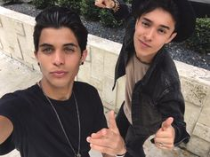 Joel y Eric😘❤️️ Love You Papa, Memes Cnco, Brian Colon, Twitter Bio, Romance, Friend Pictures, Friend Pics, Cute Guys, Bigbang