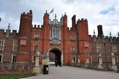 Hampton Court Palace e i suoi fantasmi, London Places Around The World, Travel Around The World, Around The Worlds, Estilo Tudor, House Arrest, Hampton Court, Vacation Places, Palace, Castle