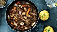 Til en rigtig herremiddag hører kød, sauce og god rødvin – her kogt sammen til en velsmagende gryderet. Servér gerne retten direkte fra gryden