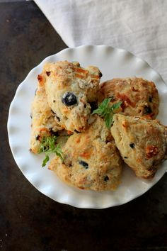 Olive and Sun-Dried Tomato Scones 29 Scone Recipes For Beautiful Rule-Breaking Moths Quiches, Savory Scones, Cheese Scones, Savoury Baking, Bread Baking, Chocolate Chip Banana Bread, Dried Tomatoes, Sun Dried, Afternoon Tea