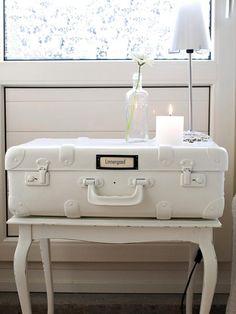 comment peindre un meuble en bois massif pour créer un meuble shabby chic : console blanche surmontée d'une valise métallique