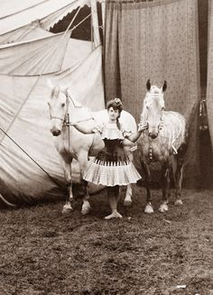 This vintage photo from the Library of Congress shows a circus performer and her horses in Old Circus, Night Circus, Circus Acts, Dark Circus, Circus Room, Circus Train, Circus Clown, Old Pictures, Old Photos