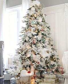I love Christmas trees. It's such a fun holiday tradition. Today on the blog I'm sharing beautiful Christmas trees with tons of inspiration (link in profile). Look how amazing this tree from @mscraftberrybush is!! I love the way she added snow in the tree to make it more full! Lucy seriously does the most stunning trees each year! http://houseofhargrove.com/gorgeous-christmas-trees/