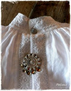 Fanabunad, gammel modell. Beskrivelse av tilhørende komponenter. Hardanger Embroidery, Folk Embroidery, Embroidery Patterns, Scandinavian Embroidery, Norwegian Style, Types Of Embroidery, Thinking Day, Cut Work, Bridal Crown