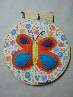Quadrinho bastidor borboleta, aplicado a mão em tecido 100% algodão + feltro R$ 30,00