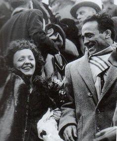 Édith Piaf y Marcel Cerdan 1948 en Orly Robert Doisneau, Marcel, Famous Duos, Divas, Jazz Musicians, Famous Couples, Famous Celebrities, Celebs, World Music