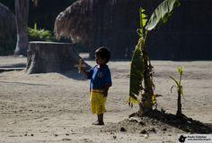 Curumim na aldeia Cipiá, no Amazonas. A little indian boy at native village Cipia - Amazon, Brazil