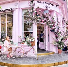 Visit the prettiest café in London – Peggy Porschen cakes is a sugary dream come true. Cafe Interior Design, Cafe Design, London Cafe, London Food, Peggy Porschen Cakes, London Instagram, London Places, Deco Floral, Photos Voyages