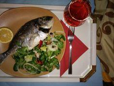 Gefühllte Dourade mit Salat und Wein