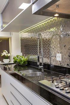Apartamento Jundiaí: Cozinhas modernas por Designer de Interiores e Paisagista Iara Kílaris Farmhouse Kitchen Decor, Home Decor Kitchen, Interior Design Kitchen, Kitchen Ideas, Interior Ideas, Luxury Interior, Bathroom Interior, Luxury Kitchens, Cool Kitchens