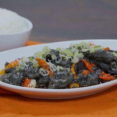 Masakan ini tidak perlu tambahan air karena cumi sendiri pun sudah mengeluarkan air. Kunci agar bumbu berwarna hitam pekat dan mengilat adalah ketika memasak bumbu bersama santan dan tinta cumi. Pastikan bumbu benar-benar sudah matang, santan mulai mengeluarkan minyak dan menciptakan efek bumbu yang mengilat. Squid Recipes, Seafood Recipes, Cooking Recipes, Food N, Food And Drink, Look And Cook, Asian Recipes, Healthy Recipes, Indonesian Cuisine