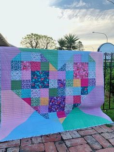 Bursting Heart Quilt | Fabric: Fleur by Sedef Imer for Riley Blake Designs Heart Quilt Pattern, Quilt Patterns, Fall Projects, Sewing Projects, Modern Quilt Blocks, Modern Quilting, Valentine Day Crafts, Valentines, Patchwork Heart