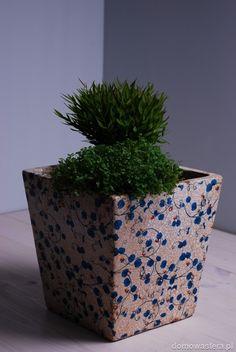 Włoska donica wykończona jasnym spękanym szkliwem, ozdobiona niebieskimi ornamentami.