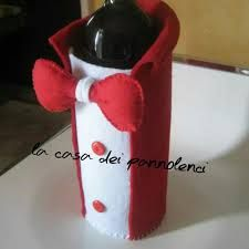 Imagini pentru portabottiglie in feltro Wine Craft, Wine Bottle Crafts, Felt Crafts, Diy And Crafts, Christmas Wine Bottles, Christmas Accessories, Felt Ornaments, Diy Christmas Gifts, Craft Gifts