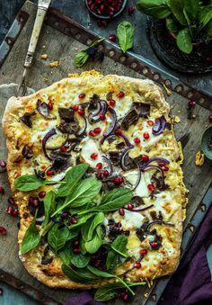Eltefri pizza med reinsdyrskav, granateple og spinat - MatPrat Frisk, Vegetable Pizza, Vegetables, Food, Spinach, Veggies, Essen, Vegetable Recipes, Yemek