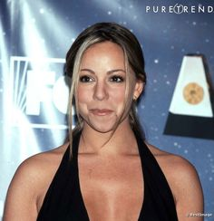 Le flop coiffure 90s :  Les deux petites mèches laissées libres sur le devant, un it capillaire dans les années 90 devenu ringard. Mariah Carey en était bien entendu adepte.