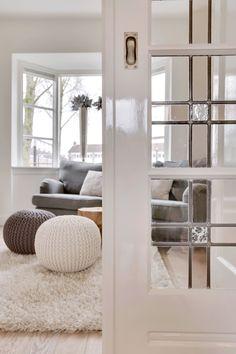 Jaren30woningen.nl | Detail van een kamer en suite met schuifdeur voorzien van glas in lood
