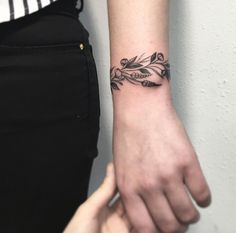 14 Gigantic Influences Of Wrist Bracelet Tattoo Images Mini Tattoos, Trendy Tattoos, Flower Tattoos, Body Art Tattoos, Small Tattoos, Cool Tattoos, Bracelet Bras, Wrist Bracelet Tattoo, Ankle Bracelets