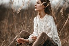 Digital Photography Tips Portrait Photography Poses, Girl Photography Poses, Portrait Poses, Outdoor Photography, Digital Photography, Dark Portrait, Photography Hacks, Foto Casual, Outdoor Portraits