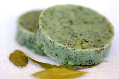 Gardener's soap with poppy seeds Materials: olive oil, palm oil, hempseed oil, soy oil, bay oil, water, NaOH, coconut oil, cooking oil, essential oils, babassu oil, bay leaves, poppy seeds