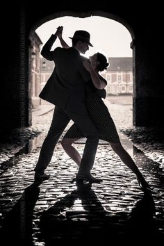 Couple de danseurs sur pavés humides en contre-jour à la Citadelle d'Arras (France, 62)