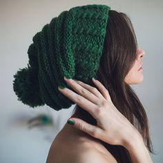Pon-pon Slouchy bonnet tricoté à la main. Bonnet avec pompon tricoté à la main…