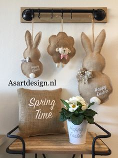 Easter Craft Decorations that are Cheap and Easy DIY Easter Bunny Door Hanger. DIY Easter Crafts to do with kids and friends. Fun and easy, for the whole family. Burlap Crafts, Decor Crafts, Diy And Crafts, Easter Projects, Easter Crafts, Diy Projects, Hoppy Easter, Easter Bunny, Spring Crafts
