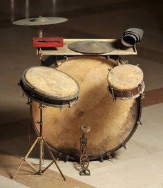Love this antique drum set.