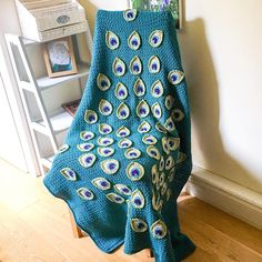 Crochet Gorgeous Peacock Feathers To Make Stunning Blanket Peacock Crochet, Crochet Feather, Peacock Pattern, Winter Blankets, Rainbow Aesthetic, Feather Design, Peacock Feathers, Peacocks, Creative Ideas