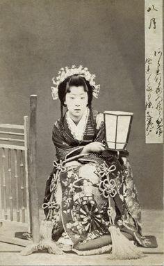 August 八月 hachigatsu, month of falling leaves. Meigi (famous geisha) Era Kayo, dressed as a Hime (Princess) holding a teshoku (portable candlestick). Text and image via Blue Ruin 1 on Flickr